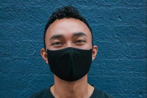 Mladić sa maskom
