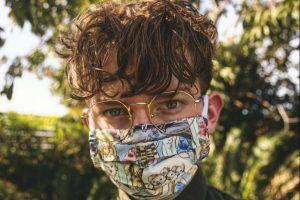 Mladić sa maskom na licu