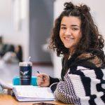 Buduća studentkinja istražuje koji su najtraženiji fakulteti u 2021